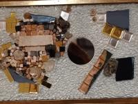 Erna-Ferjanic-mozaik-iz-razlicnih-vrst-stekla-kombinirano-z-vrstami-mozaik.-kamna-s-sljudo-in-z-zlindro-iz-glazut